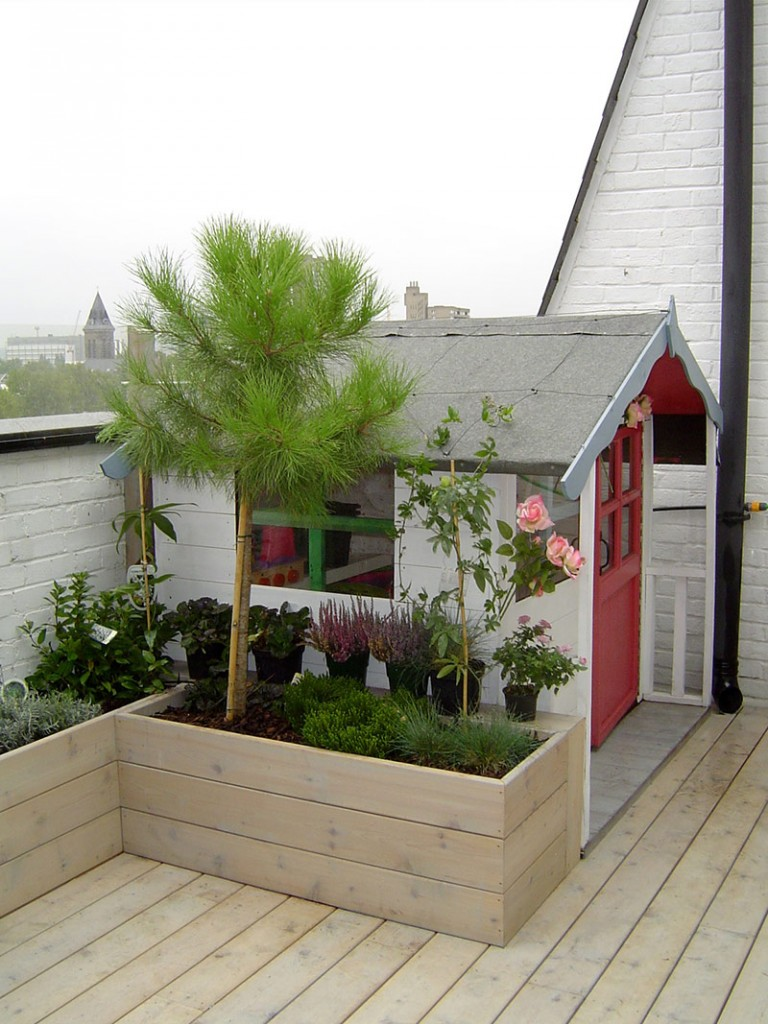 Children's playhouse on roof terrace garden in Mile End